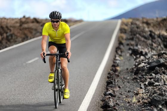 Мъж кара колело извън града