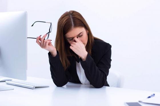 Жена, уморена пред компютър